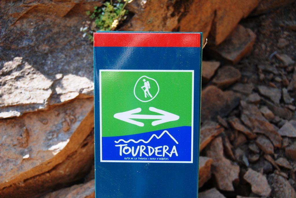 Senyalització de seguiment de la ruta de la Tordera (fita de seguiment)